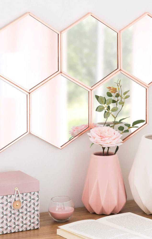 Para dar um toque mais romântico ao ambiente decorado com espelho bronze, invista em peças cor de rosa