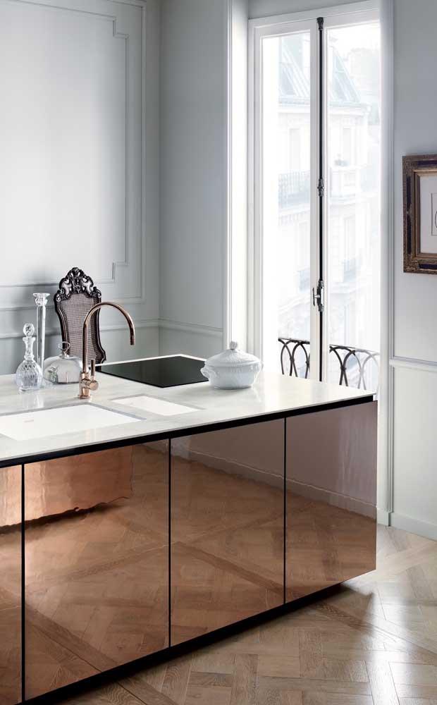 Essa cozinha não teve medo de ousar e apostou no uso do espelho bronze como revestimento para os armários