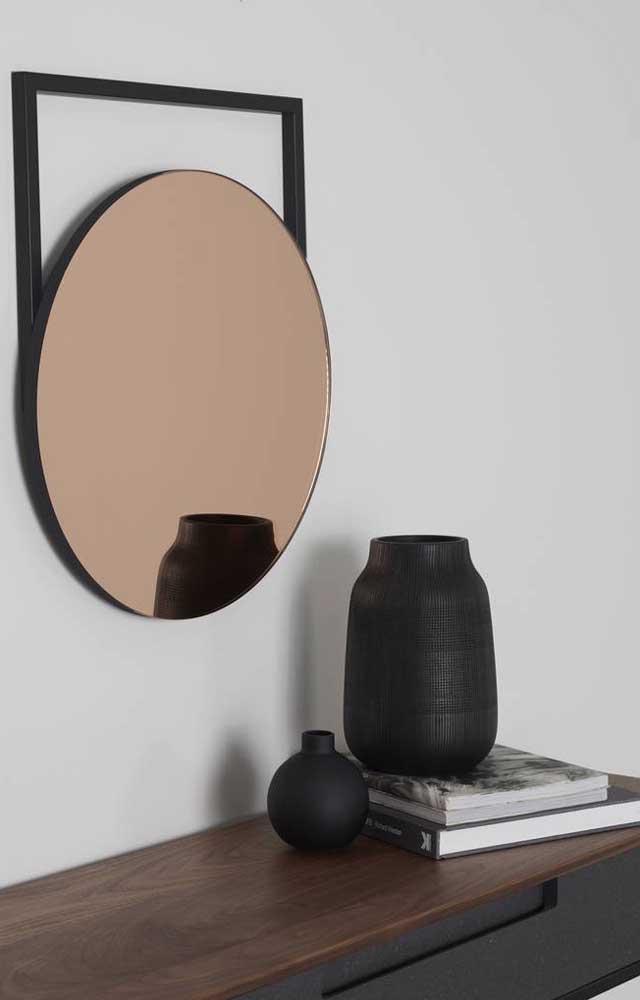 Uma moldura diferenciada faz toda a diferença no visual do espelho bronze