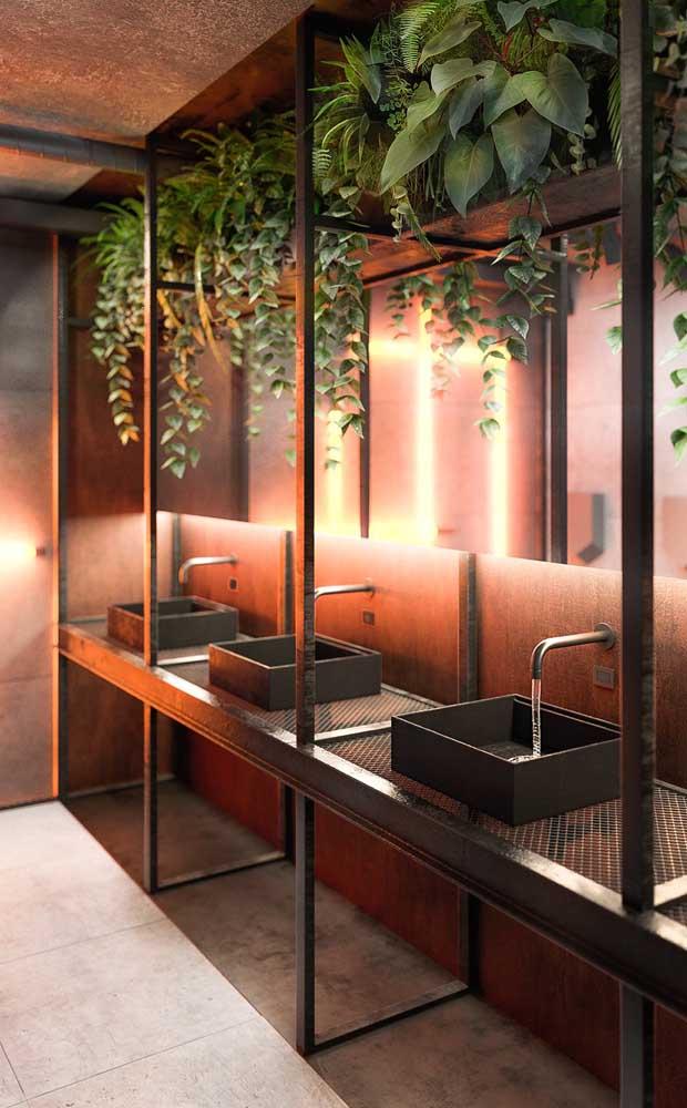 Incrível esse lavabo decorado com espelhos bronzes; a iluminação completa a proposta