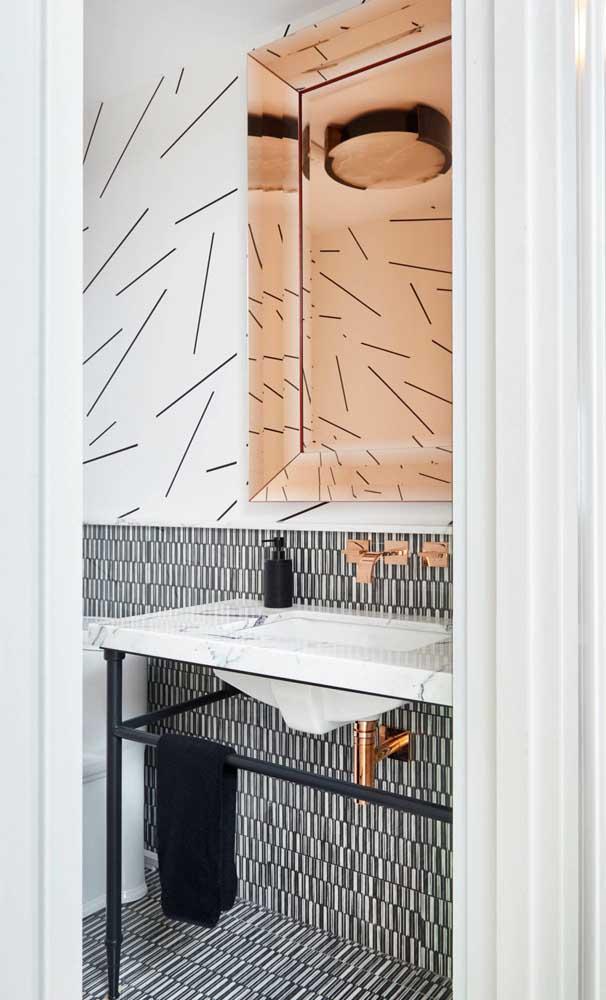 Que ideia boa! Repare que o espelho bronze reflete a parede à frente formando uma linda composição no lavabo