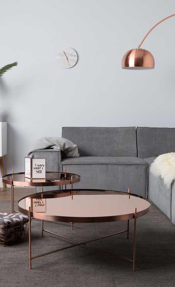 O bronze é o destaque dessa sala de estar; a tonalidade aparece nos espelhos que revestem as mesas de centro e na luminária