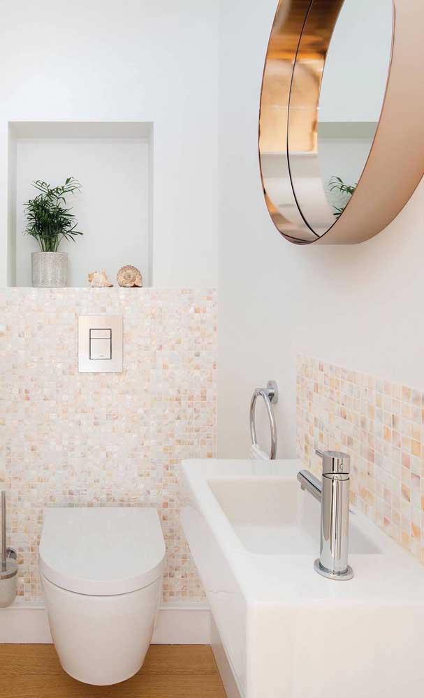 Já nesse outro lavabo, a proposta foi combinar a cor das pastilhas com o espelho bronze