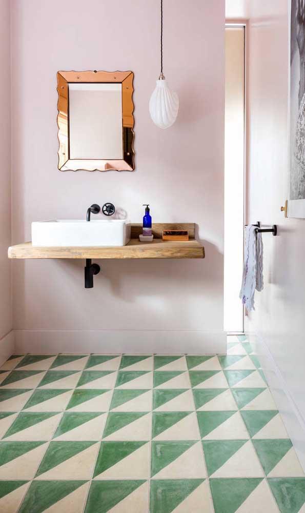 Elegância com estilo é demais! Nesse ambiente, o espelho bronze com moldura clássica ficou perfeito ao ser combinado ao piso geométrico verde