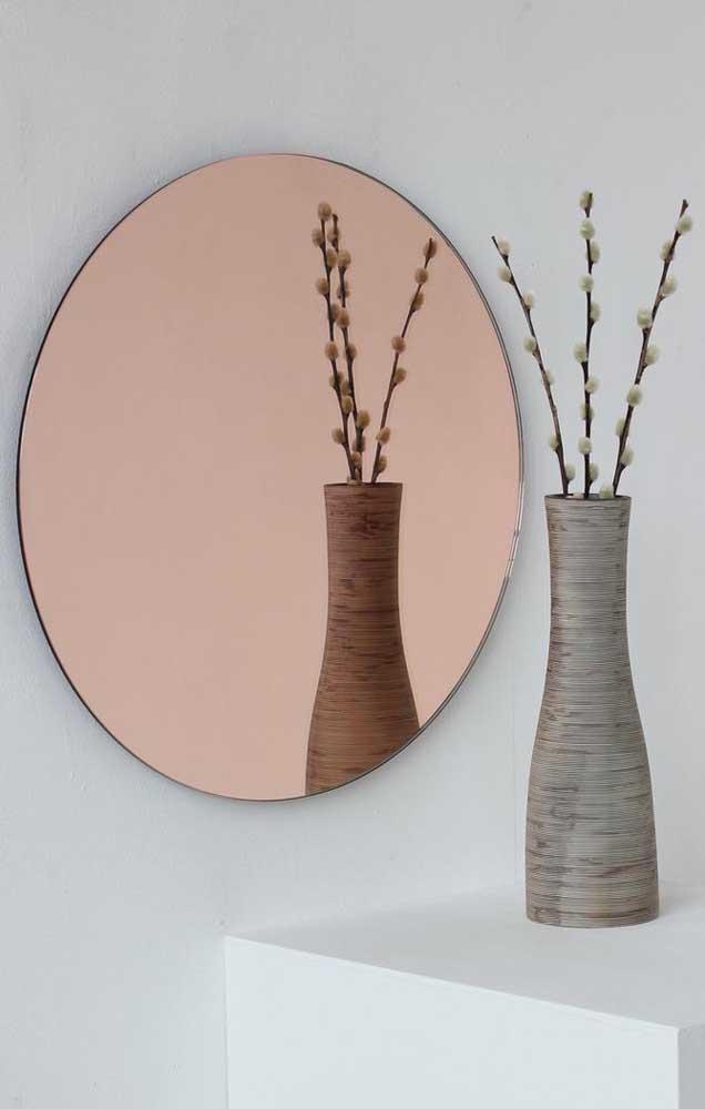 Os minimalistas vão se apaixonar por essa proposta de uso do espelho bronze