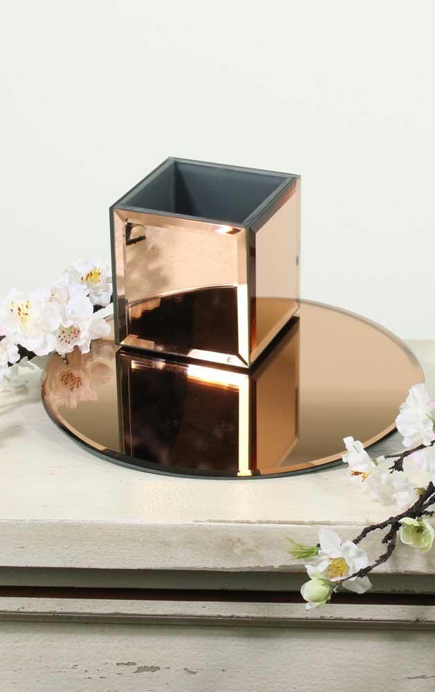 Garanta aquele algo a mais na sua decor usando peças revestidas com espelho bronze, como a caixinha e a bandeja da imagem