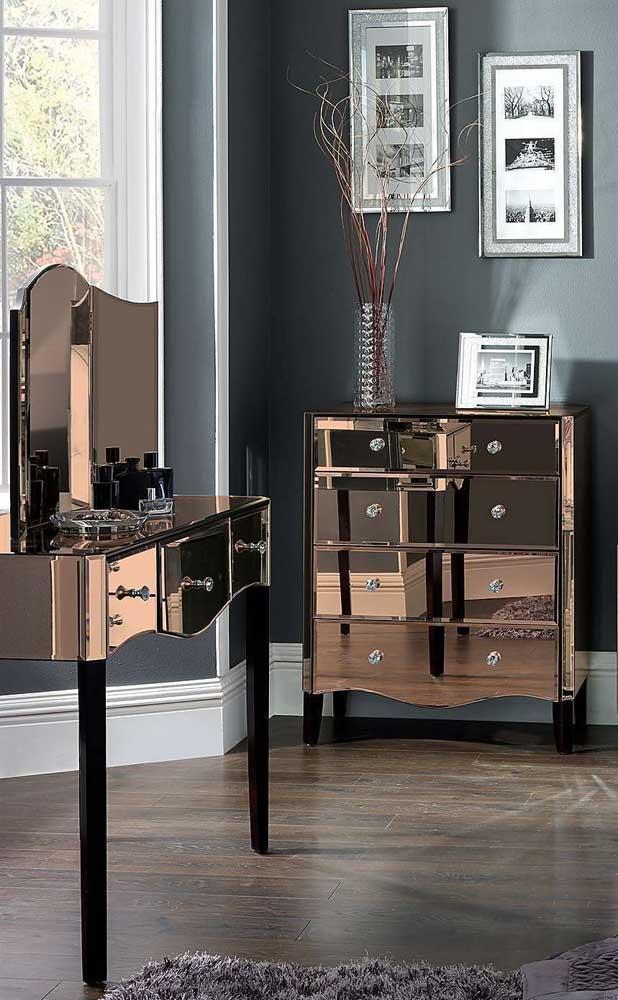 Móveis ao estilo Luís XV ficam incríveis quando revestidos com espelho bronze