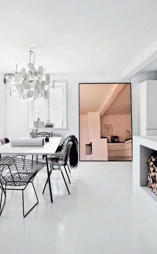 E o que dizer dessa sala de jantar moderna e minimalista que colocou todo o peso da decor sobre o espelho bronze?