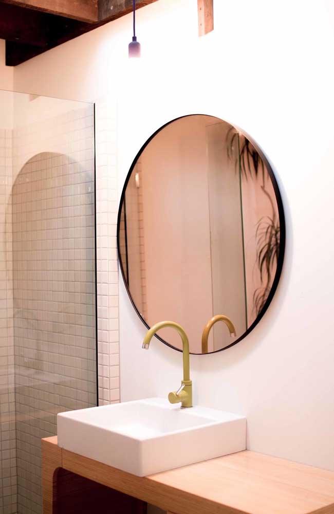 Esse lavabo de tons claros trouxe um espelho bronze para dar um up na decor