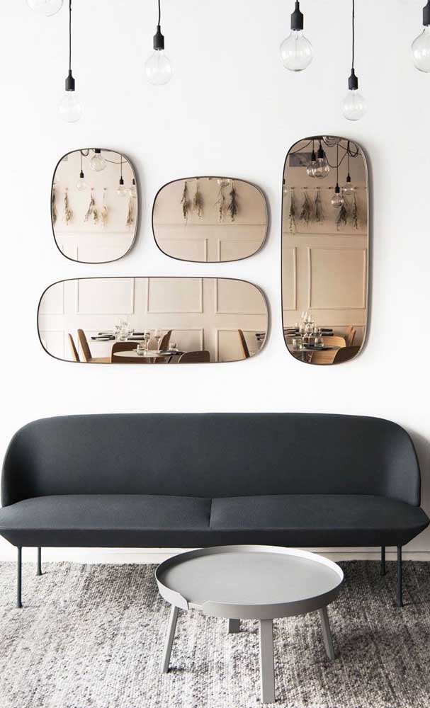 Uma dica ao decorar com espelhos: atente-se para o que está sendo refletido para não criar um caos visual no ambiente, na imagem abaixo, por exemplo, o reflexo das boiseries e dos raminhos secos ficou lindo
