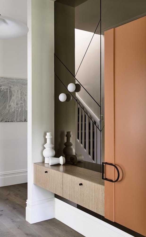 Os corredores da casa também têm muito a ganhar com os espelhos bronzes, tanto do ponto de vista funcional, quanto estético