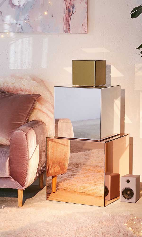 Que ideia moderna e criativa para inserir os espelhos bronze na decoração