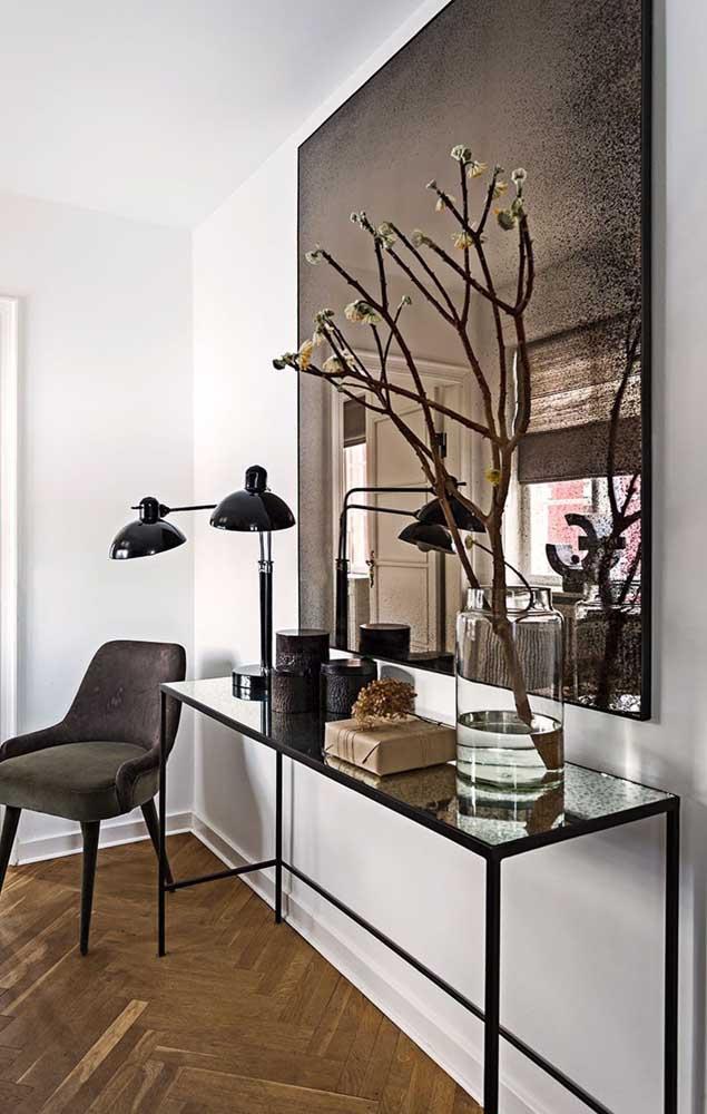 Sobriedade e elegância nessa decoração que mescla o espelho bronze com o preto