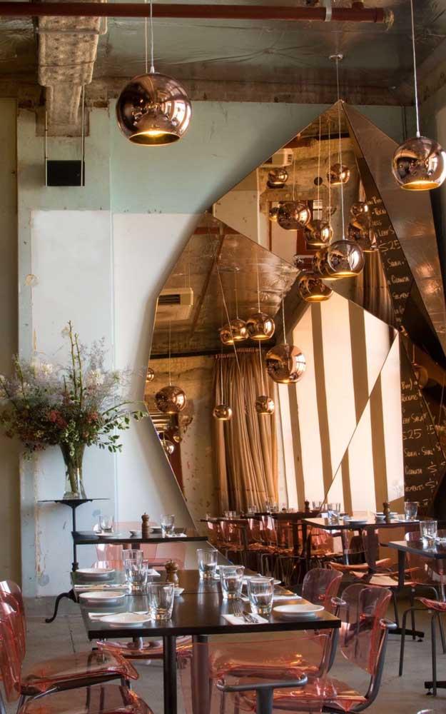 Esse ambiente rústico e cheio de estilo apostou em um modelo de espelho bronze totalmente fora do padrão
