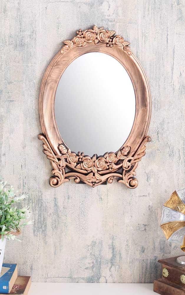 Para quem prefere um visual mais clássico pode apostar em um espelho bronze com moldura rebuscada