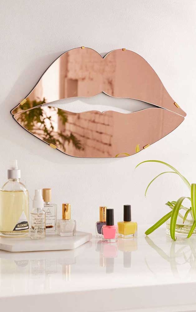 E para os mais contemporâneos, a dica é um espelho bronze em formato de boca; esse aqui foi colocado no lavabo