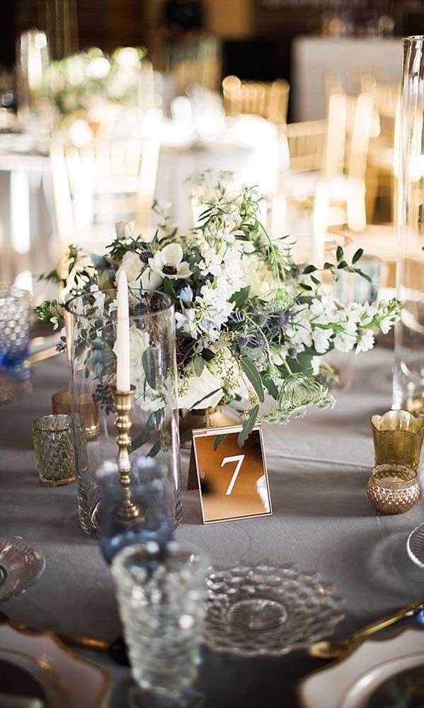 Que tal usar espelho bronze na decoração de festas? Aqui, o espelho foi colocado sobre a mesa dos convidados