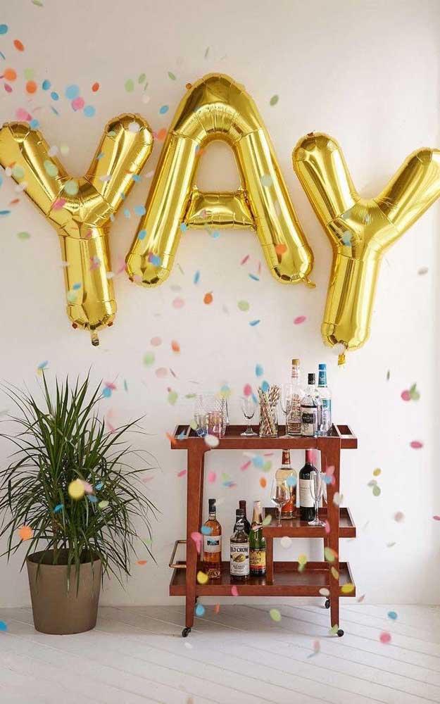 Decoração de festa simples feita apenas com balões para destacar a área do bar