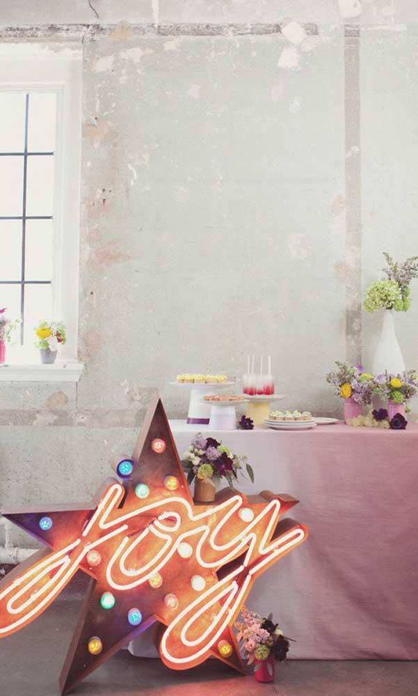 Um letreiro de LED é sempre uma boa pedida em decorações de festa em geral, desde as infantis até as de casamento