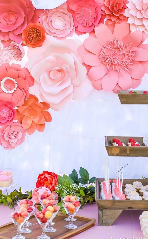 Já nessa outra decoração de festa são as flores de papel que se destacam!