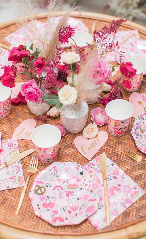 Cores e flores para uma decoração de festa alegre e cheia de vida