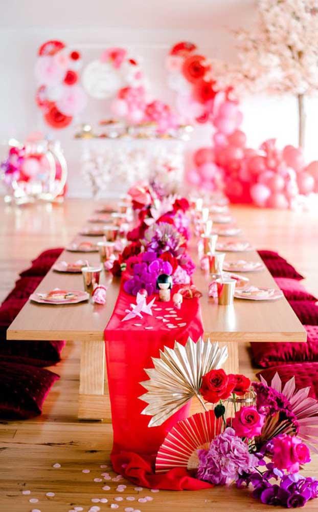 Convide seus convidados para se sentarem no chão; uma maneira de deixar a celebração mais intimista e aconchegante