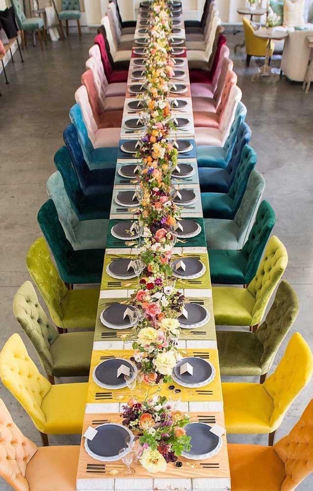 Decoração de festa com uma mesa gigante organizada nas cores do arco íris, uma linda e criativa opção!