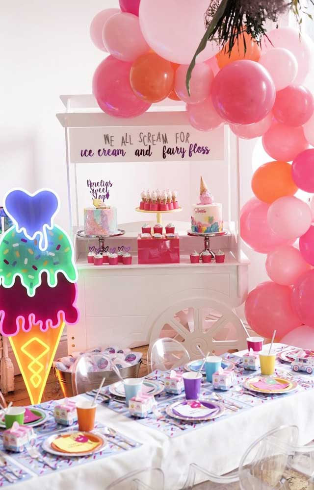 Decoração de festa bem colorida com tema de sorvetes