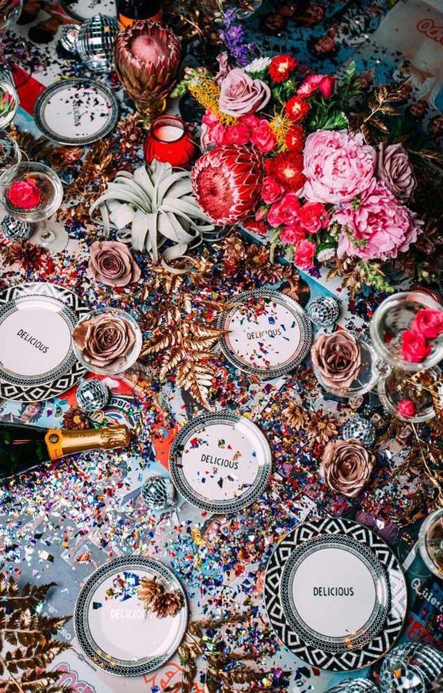 Papéis coloridos e picados fazem a decoração descontraída dessa festa