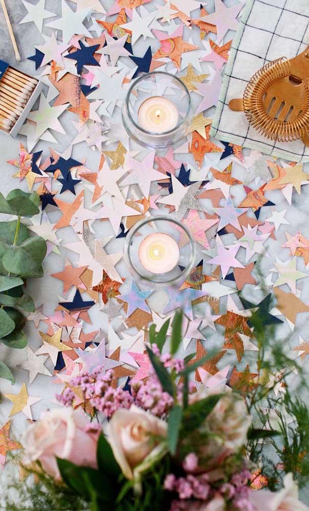 Muito brilho nessa festa decorada com estrelas de papel e velas