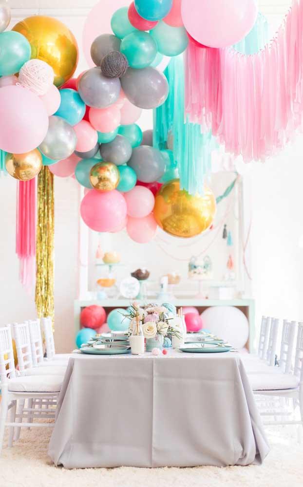 Arco de balões em diferentes cores, tamanhos e formatos: uma decoração simples, mas capaz de encher os olhos