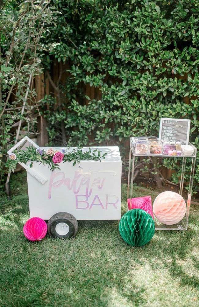Nessa festa, o carrinho bar foi colocado no jardim e recebeu uma atenção especial para ficar com a cara da decoração da festa