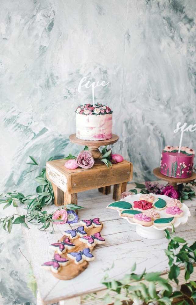 Inspiração de mesa de bolo e doces para festa no tema flores