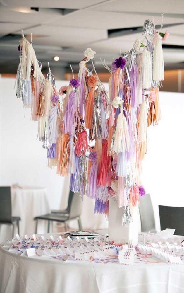 Decoração com pompons coloridos são uma boa opção para quem deseja uma festa bonita e barata