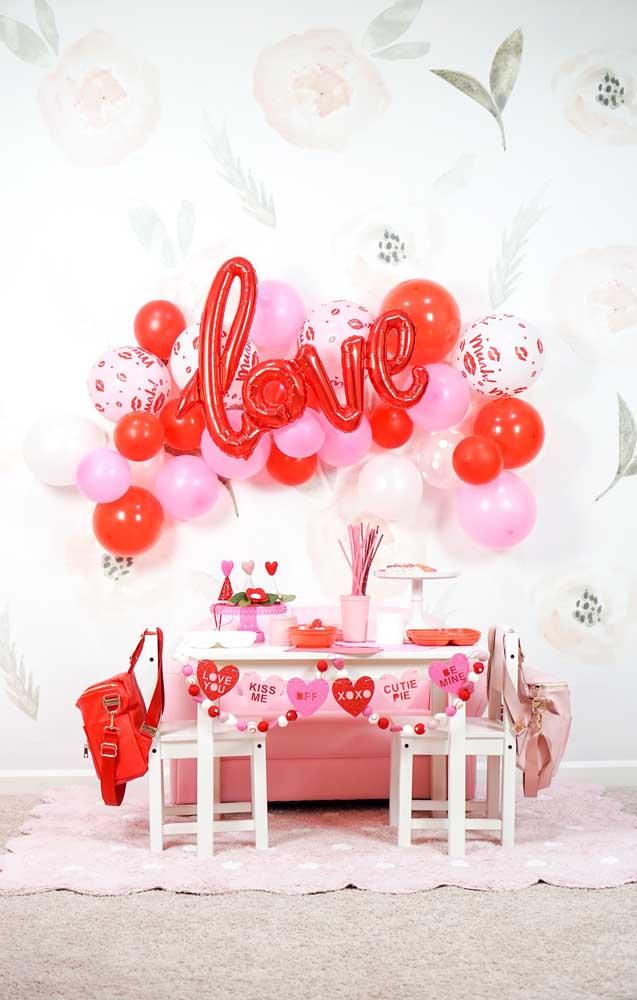 Decoração de festa simples em tom de rosa, vermelho e branco
