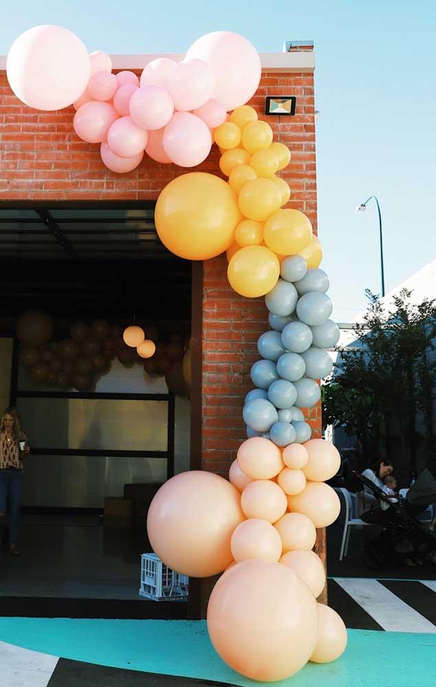 A recepção dessa festa contou com um lindo arco de balões descontruídos