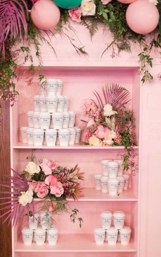 Romântica e ao mesmo tempo despojada, essa decoração de festa apostou em uma paleta de cores rosa e verde