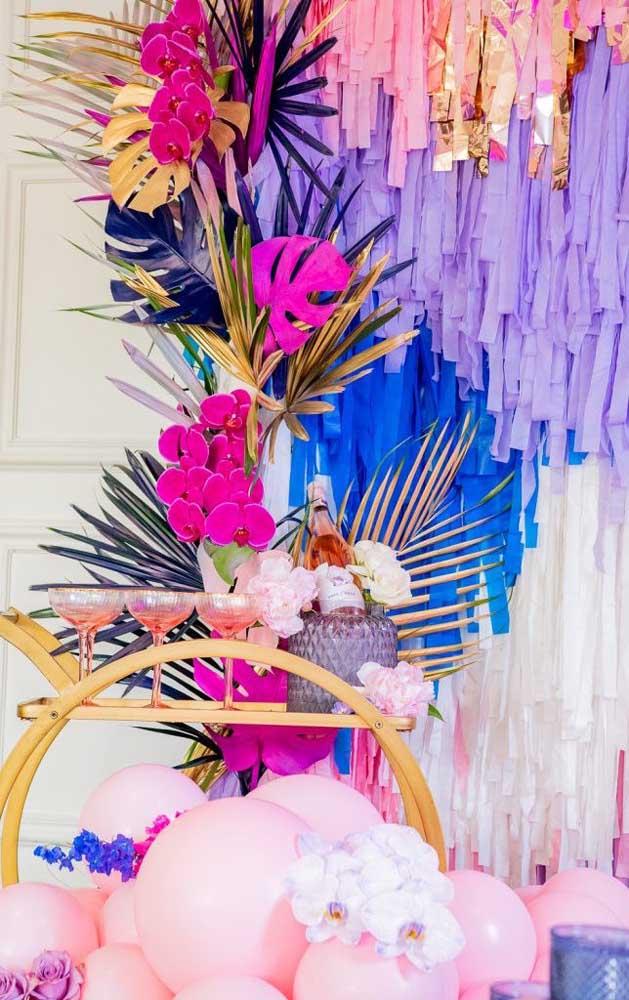 Uma linda inspiração de festa decorada com enfeites de papel e muita cor