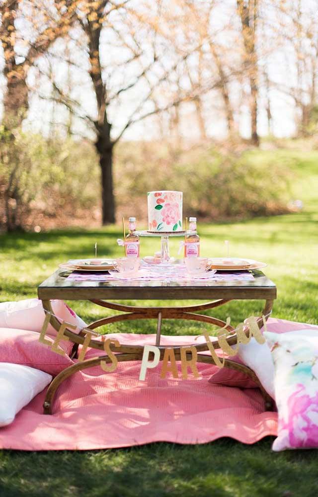 Para uma celebração mais intimista, a dica aqui é montar a festa no jardim ou em um parque no melhor estilo piquenique