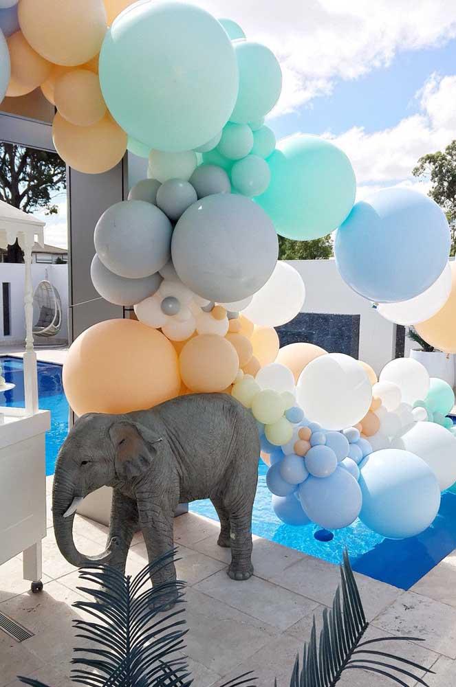 Festa na piscina! Na decoração, balões e animais da selva