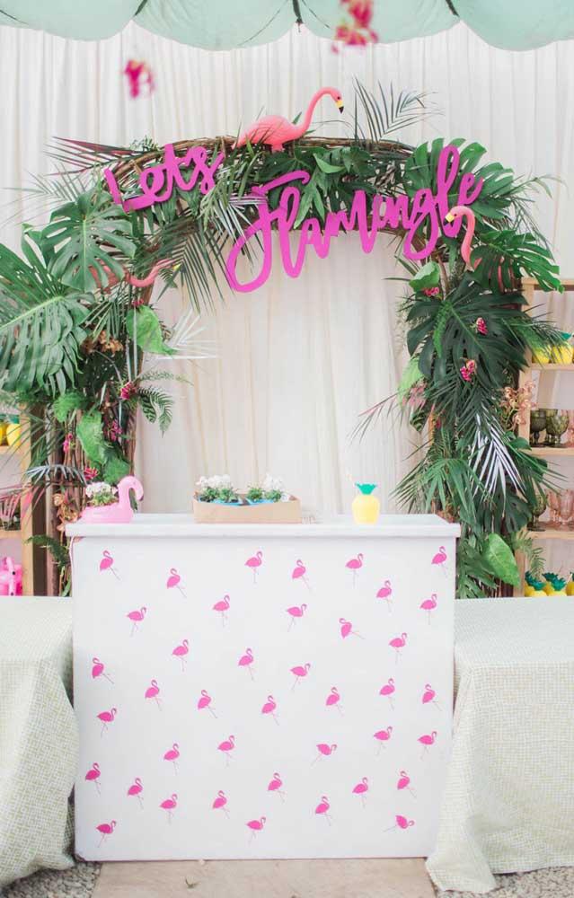 Olha que inspiração linda de festa com tema flamingos! Na decor é indispensável uma paleta que mescla o branco, o rosa e o verde