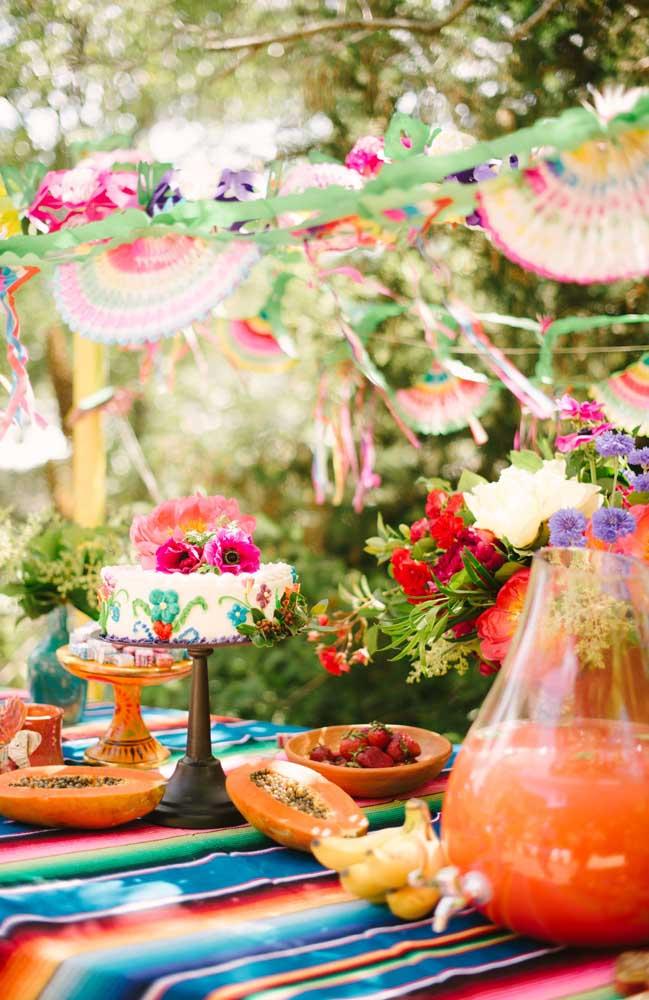 Decoração de festa ao ar livre, bem colorida e com um toque de rusticidade incrível