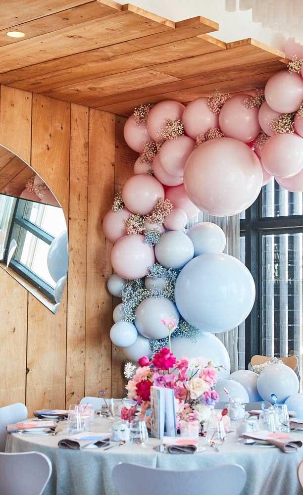 E por aqui, os balões e as flores seguem na mesma cor