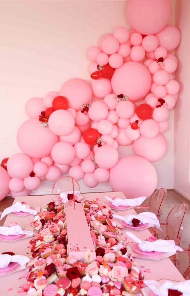 O romance está no ar nessa festa decorada em tons de rosa e vermelho