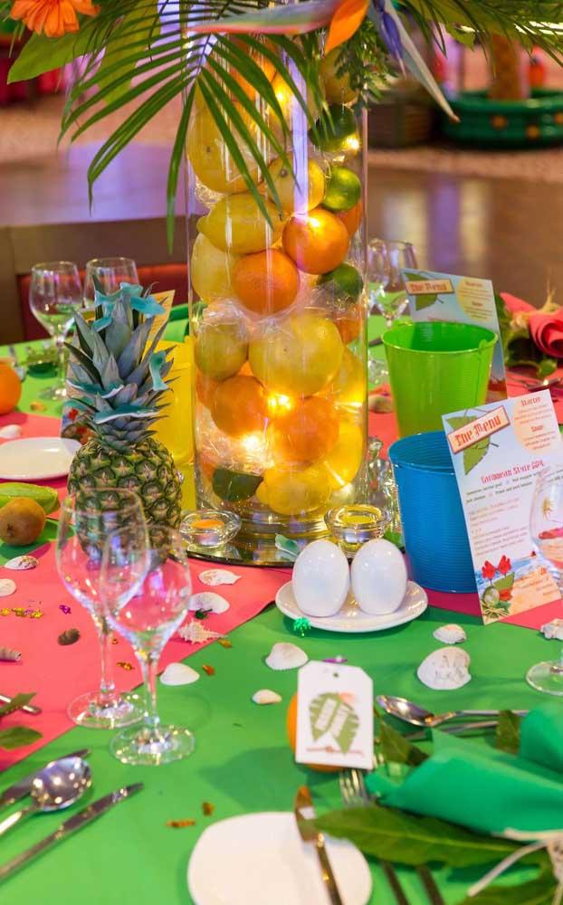 Que tal um centro de mesa feito com frutas? Aqui, a inspiração foi exatamente essa