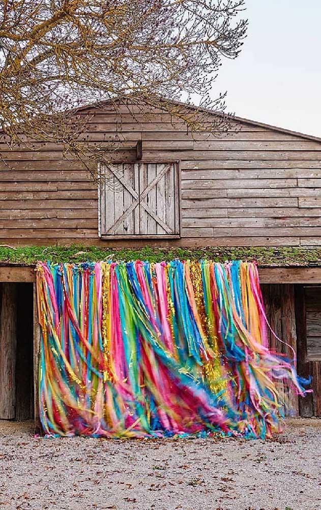Que incrível essa cortina colorida na entrada da festa, além de linda, ela ainda faz uma performance a sabor do vento