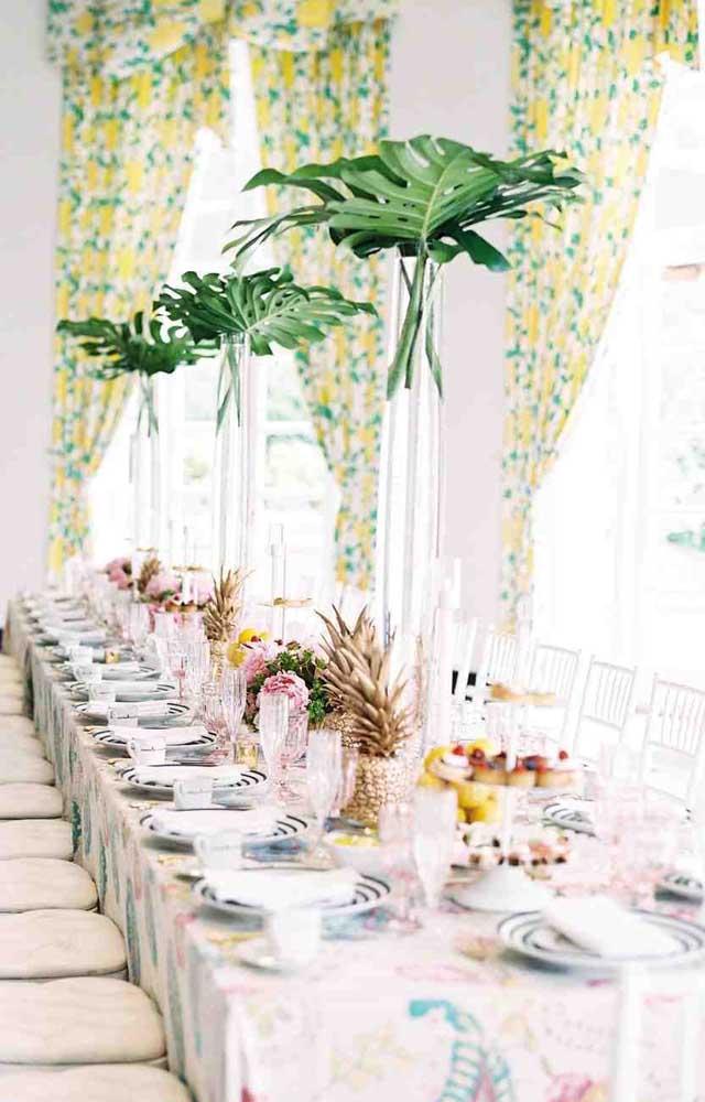 E ainda no estilo tropical, mais uma ideia, só que aqui, a festa ganhou um toque mais elegante