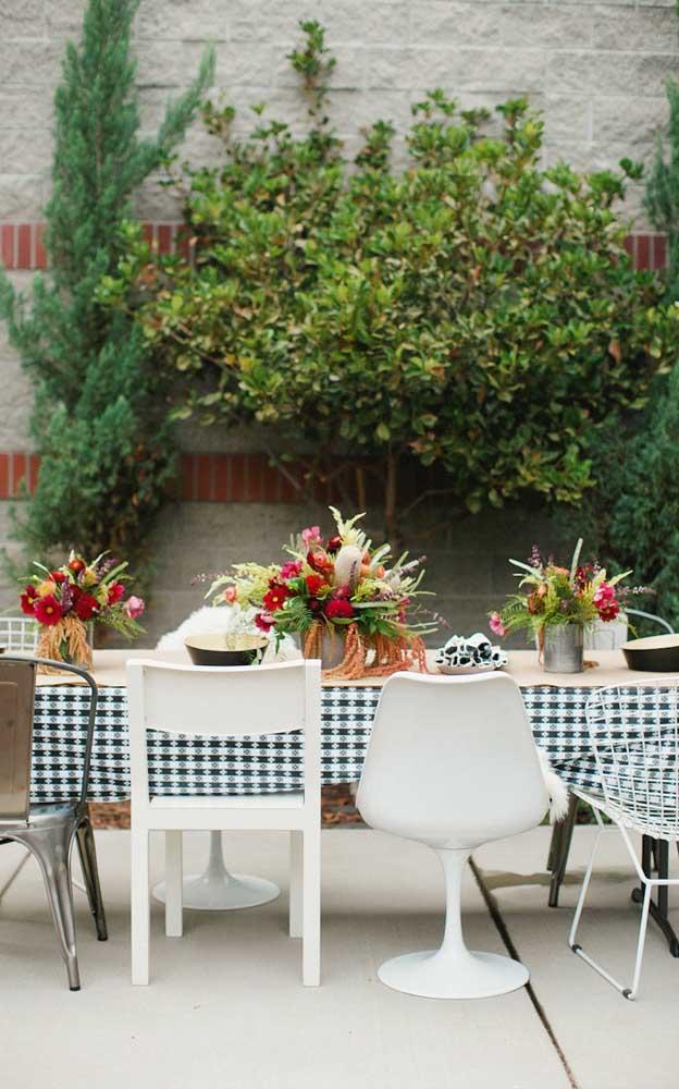 Linda a toalha xadrez na mesa da festa; perfeita para uma celebração ao ar livre em estilo piquenique