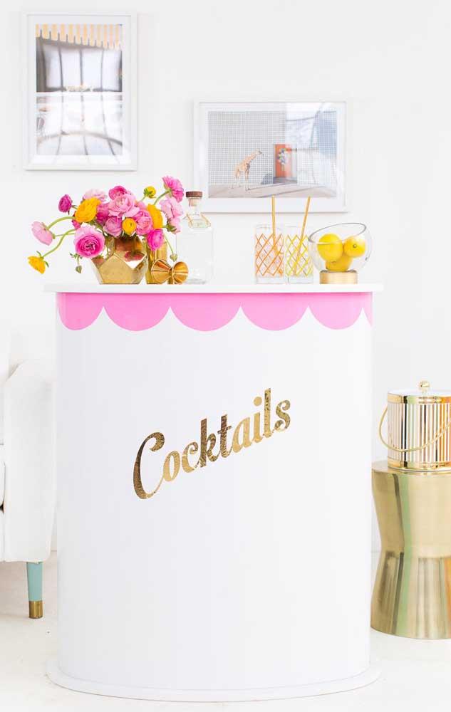 Uma decoração especial só para o bar da festa; repare na beleza que é a combinação entre branco, rosa e dourado