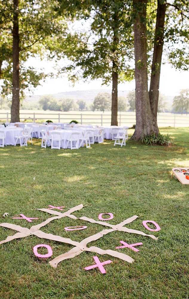 Essa festa de casamento ao ar livre acertou em cheio ao oferecer um espaço de brincar para as crianças, ideia sensacional!